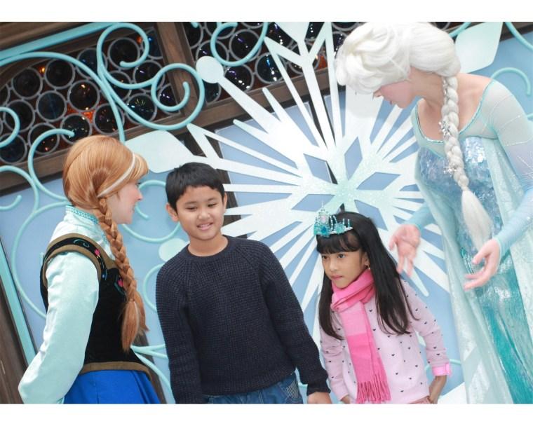 Senangnya bisa meet & greet dengan Elsa dan Anna dari Frozen