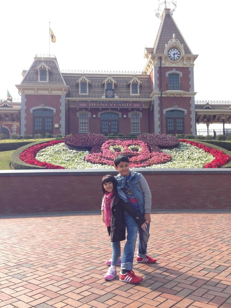 Foto wajib didepan Disneyland