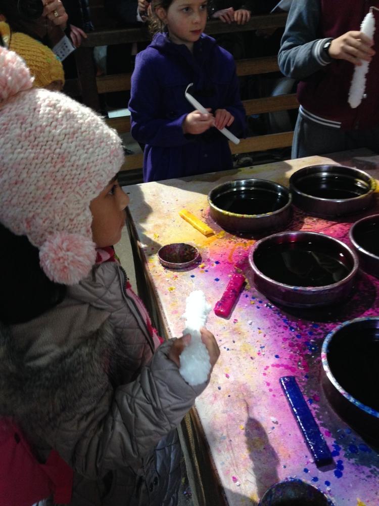 Demo membuat lilin warna
